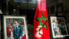 Bandera de Marruecos junto a un retrato del rey Mohamed VI. EP