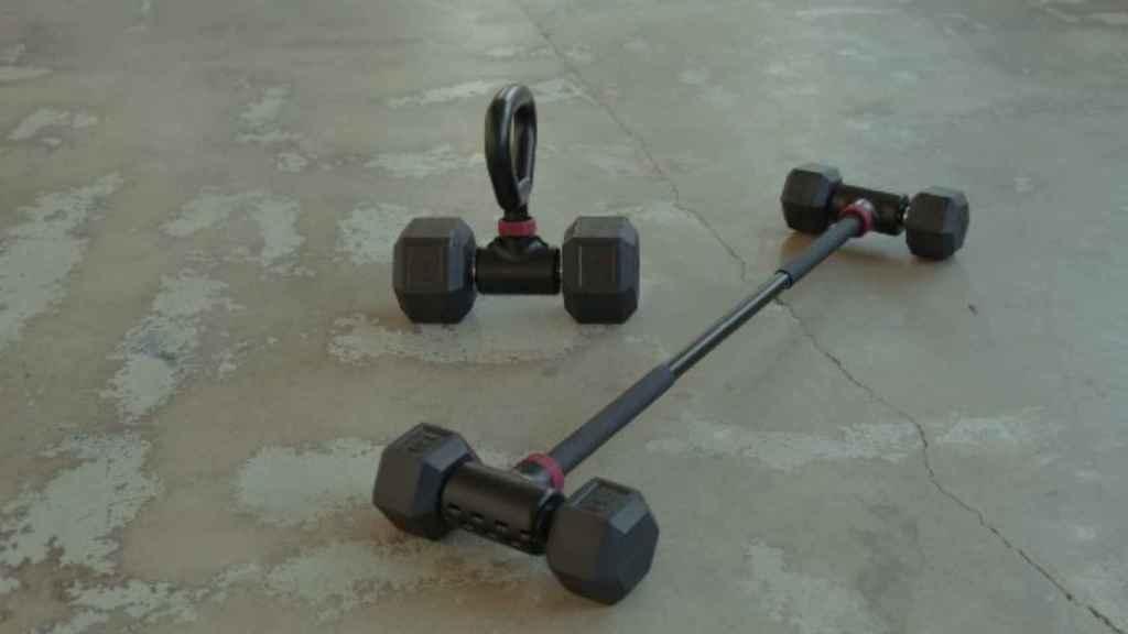 Un sistema de pesas que convierte las mancuernas en barras para hacer ejercicio.