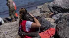 Luna abrazando a una de las personas que llegaron a Ceuta.