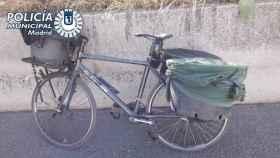 El detenido transportaba a los patos en 3 cubos atados a la bicicleta.