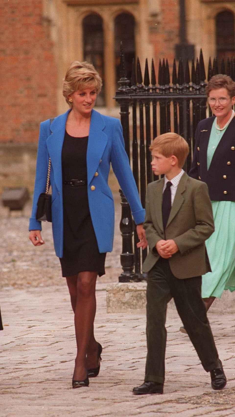 Harry de Inglaterra junto a su madre, en una foto de archivo.