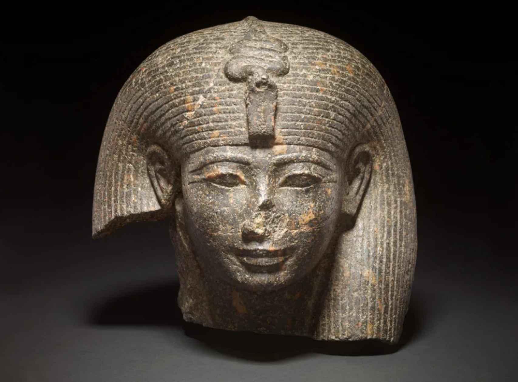 Cabeza de reina o diosa de la Dinastía XVIII del Antiguo Egipto.