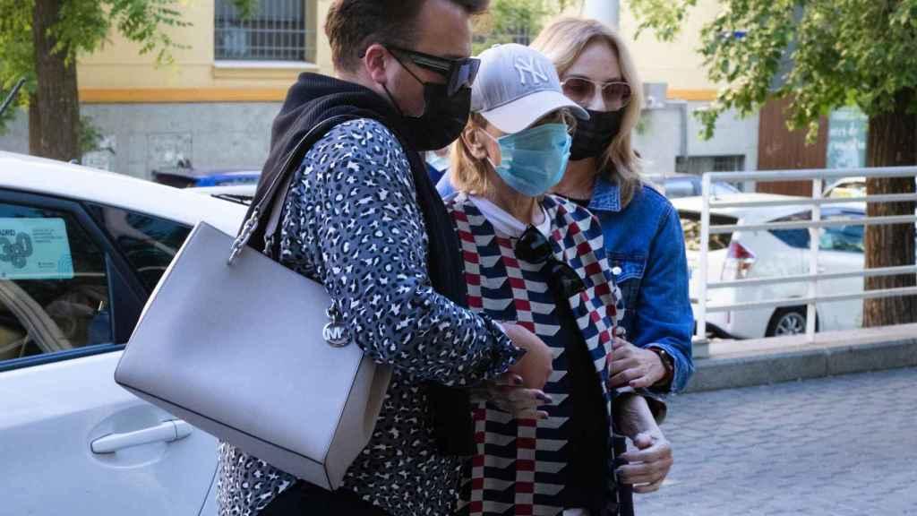 Mila, acompañada por Belén Rodríguez y su estilista, en su última visita al hospital este martes.