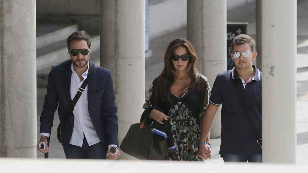 David Flores, junto a su padre y la mujer de este, Olga Moreno.