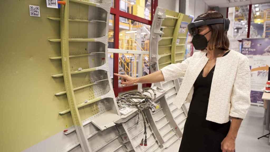 María Prieto con las gafas Hololens de Microsoft .