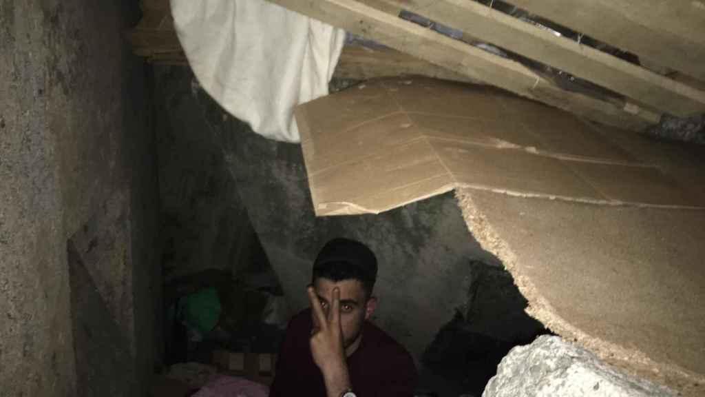 Interior de una de las cuevas artificiales donde duermen los jóvenes en la escollera de Ceuta.