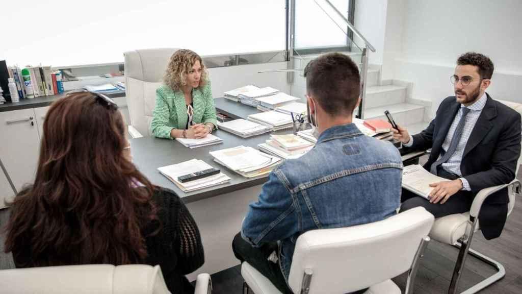 Silvia y José Manuel, de Moya Abogados, en su despacho junto a Francisco y su madre.