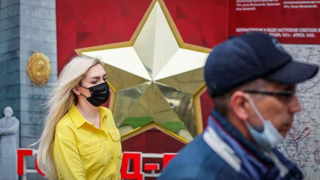 Dos personas en las calles de Moscú.