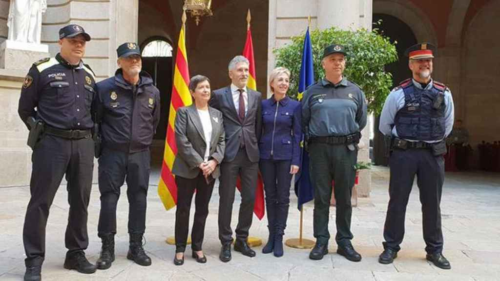 La delegada del Gobierno en Cataluña, Teresa Cunillera, y el ministro de Interior, Fernando-Grande Marlaska, junto a representantes de los Mossos, Guardia Civil y Policía Nacional.