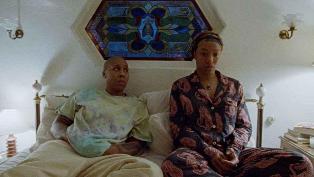 Lena Waithe junto a Naomie Ackie en la tercera temporada de 'Master of None'.