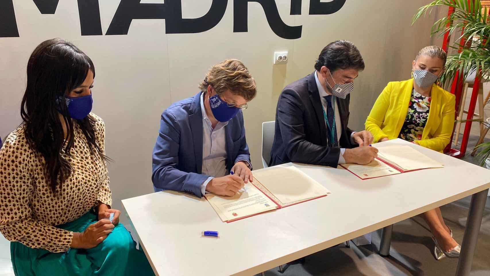 Los alcaldes y vicealcaldesas de Madrid y Alicante, en Fitur este viernes.