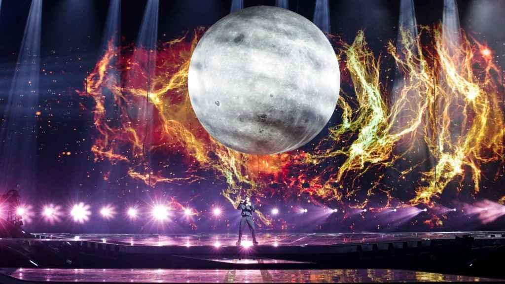 La luna es el elemento escénico más grande de la historia de Eurovisión.