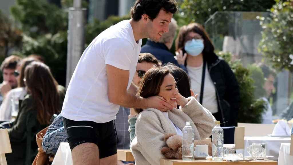 Íñigo Onieva y Tamara Falcó en actitud romántica, en las calles de Madrid.