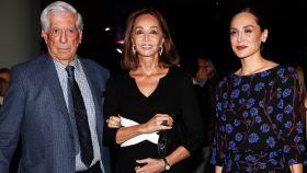 Mario Vargas Llosa junto a Isabel Preysler y Tamara Falcó en la presentación de 'Tiempos recios'.