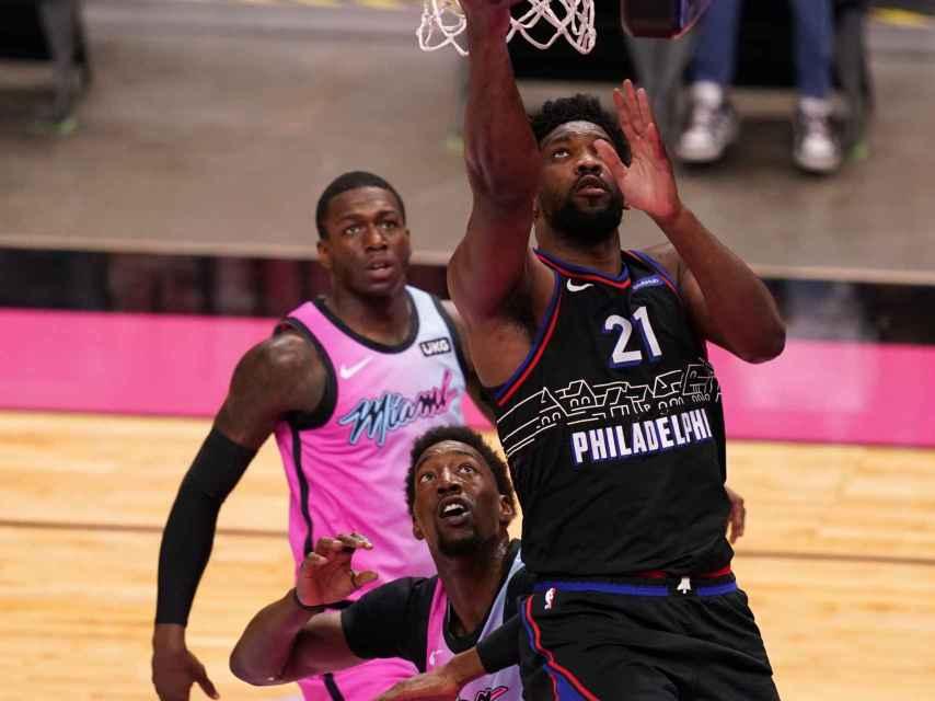 Embiid anota sobre la defensa de los Miami Heat