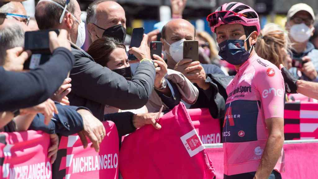 Egan Bernal antes de la salida de una etapa del Giro de Italia 2021