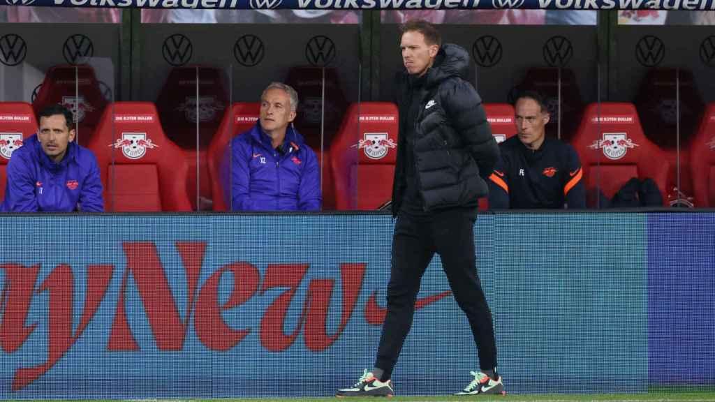 Julian Nagelsmann frente al banquillo del RB Leipzig
