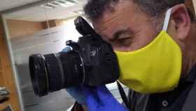Fotógrafo con mascarilla en un acto público. Imagen de archivo