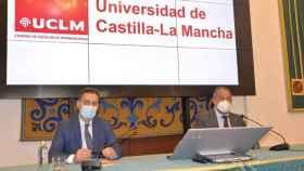 El rector de la UCLM, Julián Garde, y el delegado del Gobierno en Castilla-La Mancha, Francisco Tierraseca, este viernes en rueda de prensa