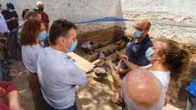 El delegado del Gobierno en Castilla-La Mancha, Francisco Tierraseca, visita la fosa de represaliados franquistas en el cementerio de Almagro (Ciudad Real)