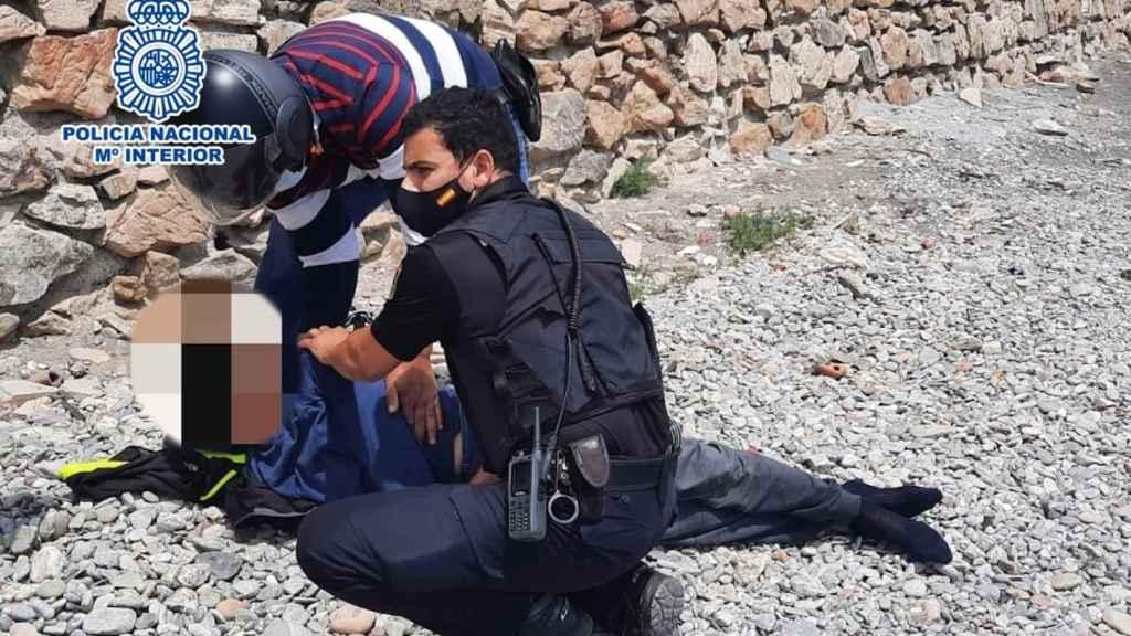 Los dos agentes ejecutan la maniobra con la que salvaron la vida al joven.