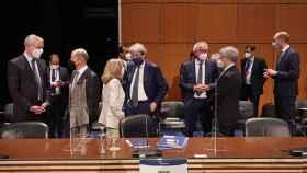 Nadia Calviño conversa con el comisario de Asuntos Económicos, Paolo Gentiloni, durante el Eurogrupo de este viernes en Lisboa