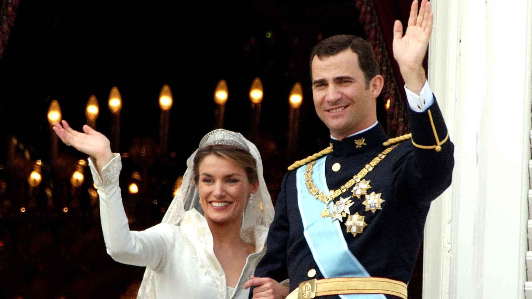 Felipe y Letizia saludando a los invitados tras contraer matrimonio ese día lluvioso de mayo de 2004.