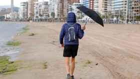 Lluvia en la playa de Levante de Benidorm, en imagen de archivo.