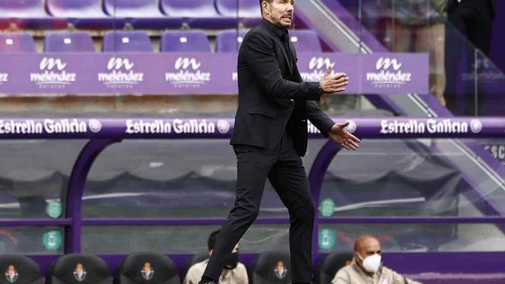 El 'Cholo' Simeone da órdenes a sus jugadores desde la banda de Zorrilla
