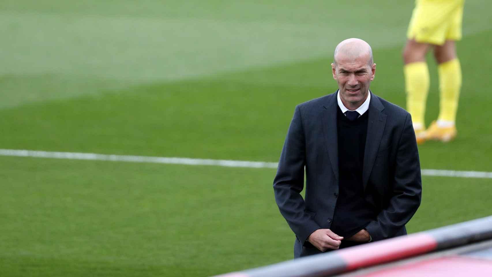 Zinedine Zidane en el banquillo del Real Madrid