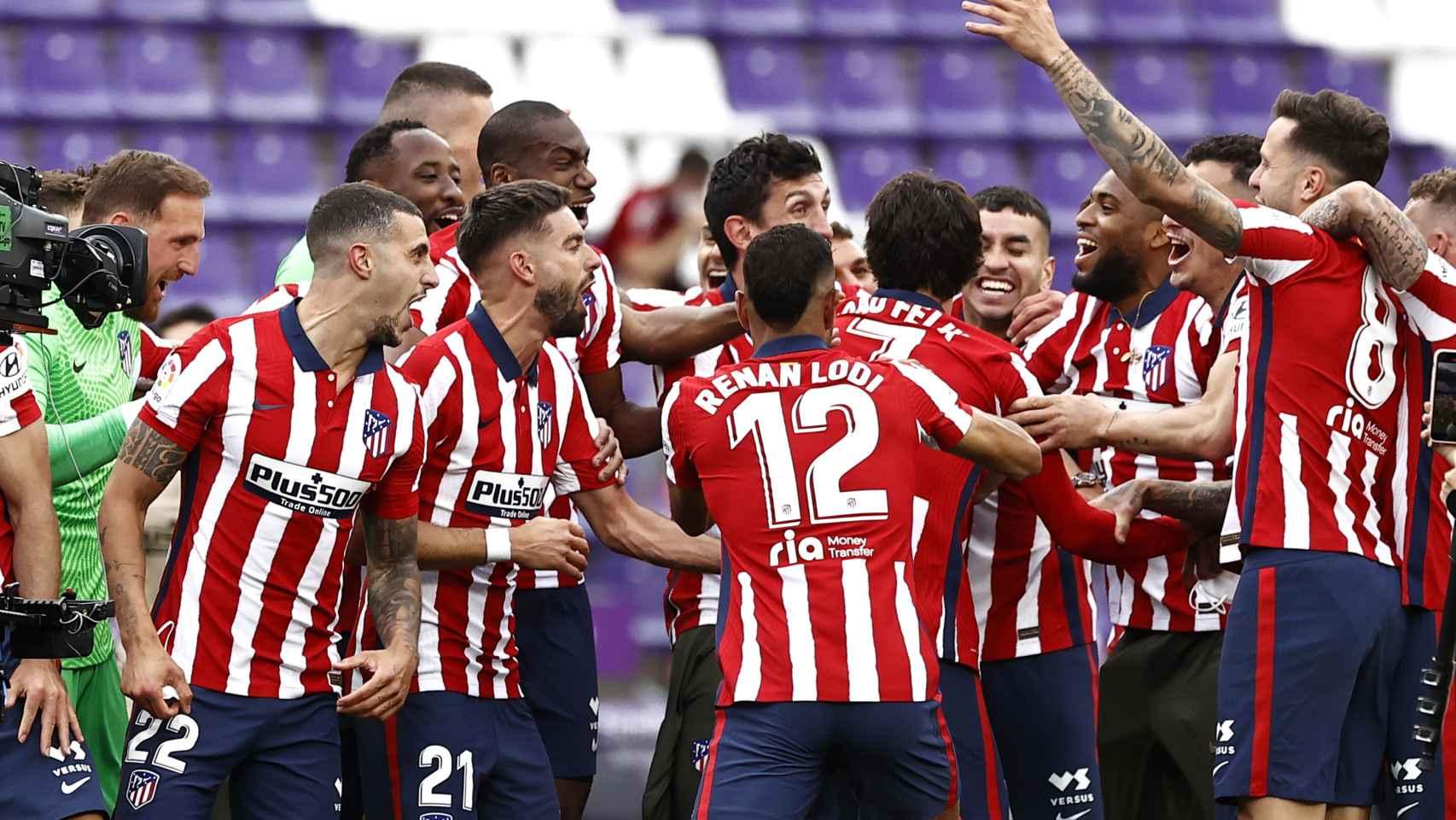 Los jugadores del Atlético de Madrid celebran el título de Liga sobre el césped del José Zorrilla