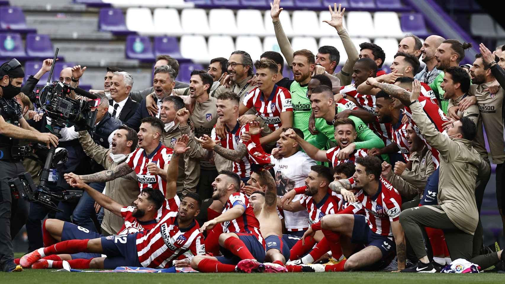 El Atlético de Madrid posa ante los medios gráficos tras ganar su undécima Liga