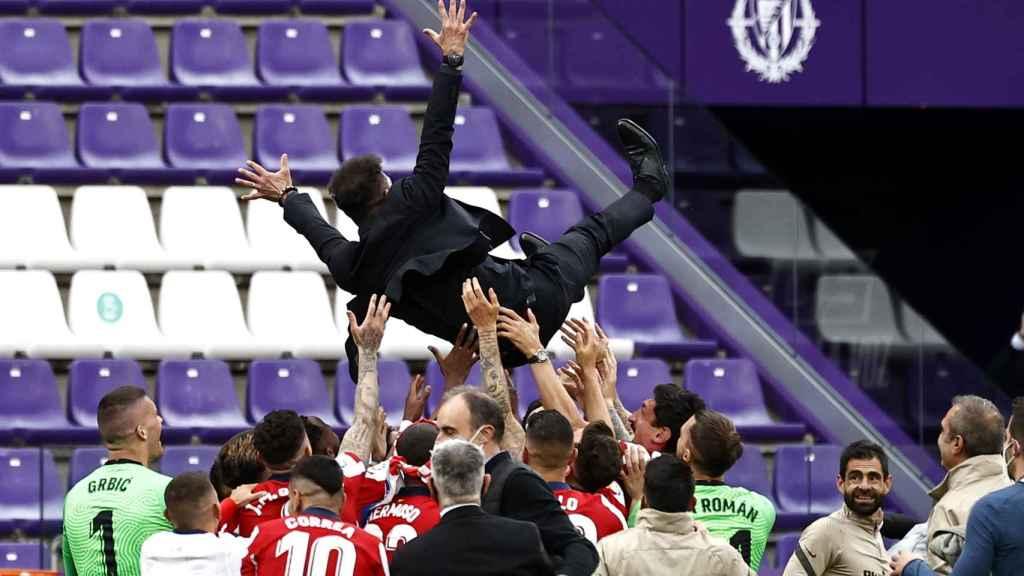 Diego Pablo Simeone manteado por los jugadores del Atlético de Madrid