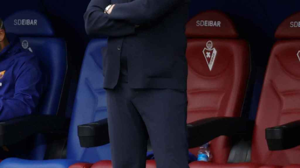 Koeman con rostro serio en el partido ante el Eibar