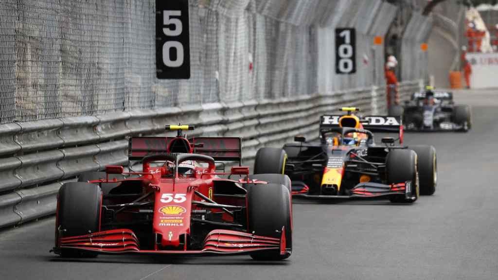 Carlos Sainz seguido de Max Verstappen en el Gran Premio de Mónaco