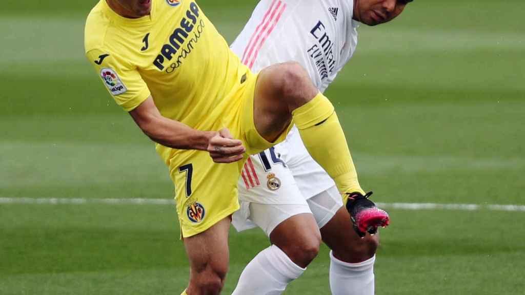Casemiro y Gerard Moreno luchan por la posesión