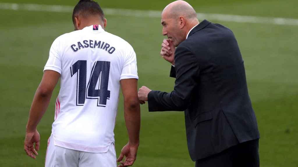 Casemiro recibe órdenes de Zinedine Zidane en la banda