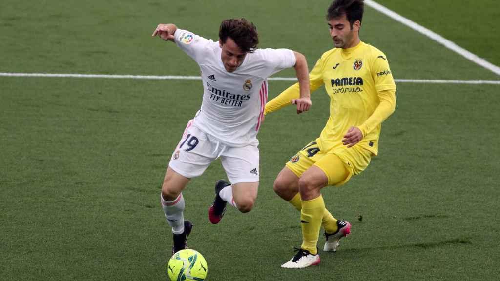 Alvaro Odriozola, presionado por Manu Trigueros