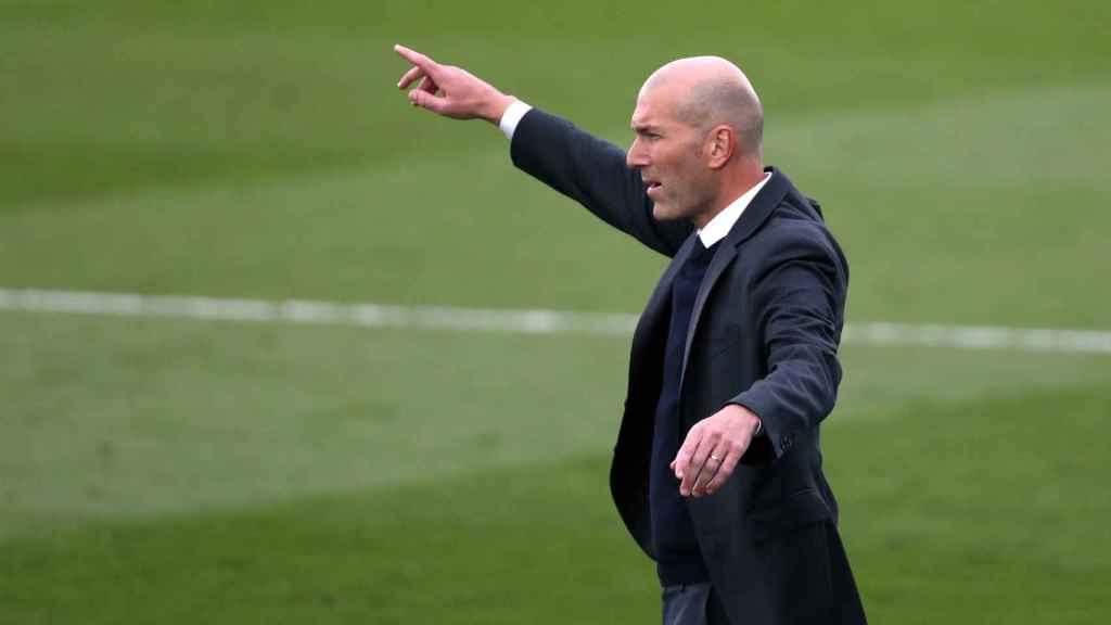 Zinedine Zidane da indicaciones a sus jugadores en Di Stéfano