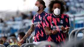 Marcelo y Sergio Ramos protestan el penalti no pitado por mano