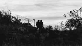Dos agentes de policía, frente a la frontera que separa Melilla y Marruecos.