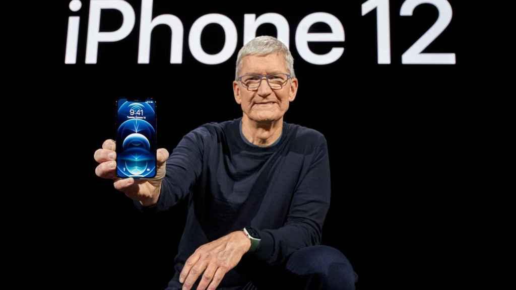 Tim Cook, con el iPhone 12.