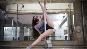 María Forqué, entrenando sobre la barra de metal.
