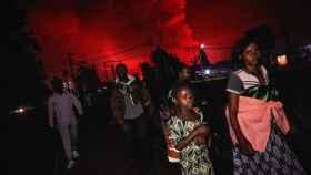 Los habitantes de Goma, en el Congo, huyen del avance de la lava del volcán Nyiragongo.