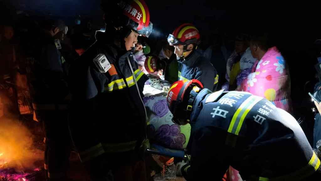 Los servicios de rescate, trasladando a uno de los corredores que murió de frío durante una ultramaratón en China