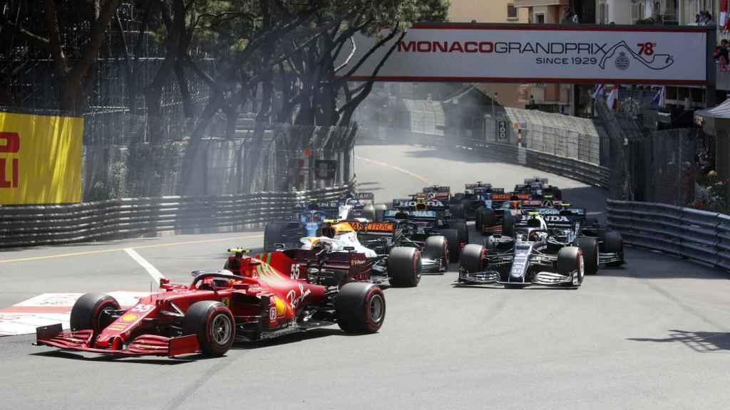 Carlos Sainz toma una curva en el GP de Mónaco