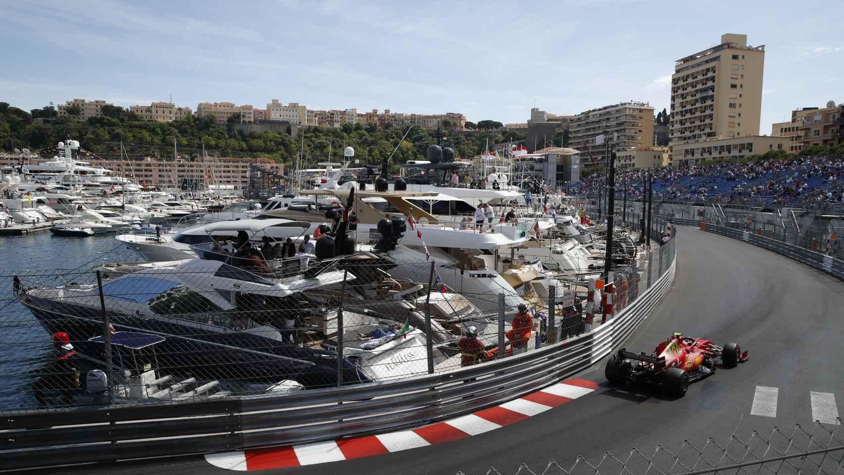 Carlos Sainz tomando una curva en el GP de Mónaco