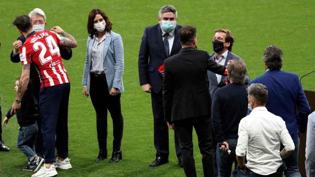 Isabel Díaz Ayuso, José Luis Martínez Almedia y José Manuel Rodríguez Uribes en la celebración del Atlético de Madrid