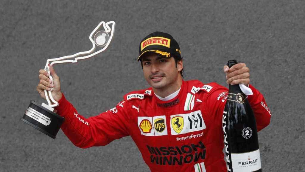 Carlos Sainz con su trofeo de segundo clasificado en el Gran Premio de Mónaco