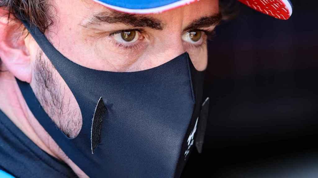 Fernando Alonso en el box de Alpine en Mónaco